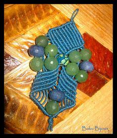ღ Ciondolo realizzato con la tecnica del macramè con inserti in agata blu e giada verde.