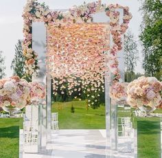 Beautiful Cascading florals + mirrored pillars!! By @lidseventhouse Love her work!!