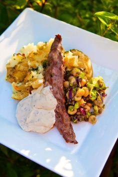 Lammfilé med avocado- och linssalladsallad, bruten potatis med getost och sval örtsås