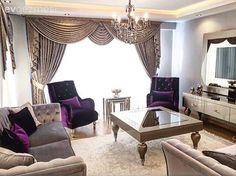 Altın, gümüş ve mor ağırlıklı salonda, parlak mobilya kumaşları bu göz alıcı görüntüyü tamamlıyor..