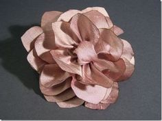 Esse é um tutorial muito fácil e com um efeito elegante, luxuoso e surpreendente para uma flor de seda.