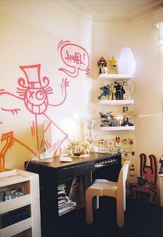 Toujours entre deux avions et cinq projets, le designer et scénographe Alexandre de Betak s'est aménagé ce pied-à-terre parisien à l'étonnante collection d'art cinétique. Ici la chambre de son fils Amaël. © Quentin de Briey