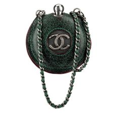 Chanel Gourde verte en cuir http://www.vogue.fr/mode/shopping/diaporama/shopping-militaire-camouflage-armee-en-permission/13682/image/763511#!chanel-gourde-verte-en-cuir