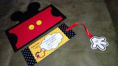 Convites personalizados do tema Mickey, confeccionados manualmente e com muito carinho!  Tamanho do convite 15x12cm Mickey Mouse Birthday Decorations, Mickey Mouse Clubhouse Birthday Party, Mickey Party, Birthday Party Themes, Fiesta Mickey Mouse, Baby Boy Shower, Disney Theme, English, Handmade Invitations