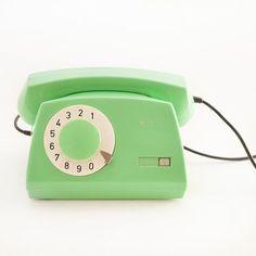 Y es que… Hablar horas y horas por teléfono con tu mejor amiga o con tu amorcete es algo que seguramente haremos aunque los coches y los patinetes vuelen ¿Por qué no usar un teléfono de los de toda la vida para disfrutar de ese momento? #telephone #vintage #green #loveit