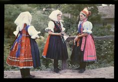 Gönyey Sándor  Palóc menyecskék ünnepi ruhában  1924  Maconka, Heves vm., Magyarország My Heritage, Traditional Outfits, Hungary, Flower Patterns, Folk Clothing, Costumes, People, Inspiration, Times