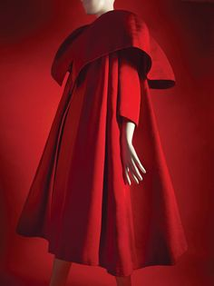 Born on this day in the sartorial genius that was Cristóbal Balenciaga. His determination to buck conventional century… Balenciaga Vintage, Balenciaga Coat, 1950s Fashion, Vintage Fashion, Vintage Dresses, Vintage Outfits, Spanish Dress, Opera Coat, Simply Fashion