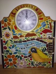 Reloj de pared en mosaicos y gemas. Por Nélida MB.