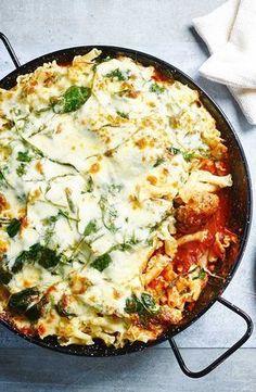 Balletjes in tomatensaus met pasta, spinazie en gegratineerde mozarella Love Food, Snack Recipes, Diner Recipes, Cooking Recipes, Healthy Recipes, Healthy Food, Italian Recipes, Dutch Recipes, Gluten Free Pasta