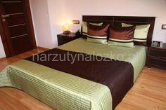 Narzuty na łóżka do sypialni w kolorze oliwkowym w czekoladowe pasy
