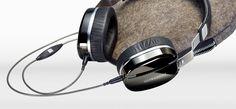Mit der Edition M Black Pearl habt ihr einen stilvollen Reisebegleiter. Dieser On-Ear Kopfhörer ist nicht nur leicht und sitzt bequem auf den Ohren, sondern er gibt auch deine Lieblingslieder klangvoll wiedergeben.