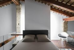 Private residence by the Malvarrosa shores, Spain: open space plan, industrial touch and double-height ceilings
