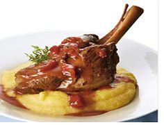 Το Αρνάκι κοκκινιστό με κόκκινο κρασί και κανέλα μαγειρεμένο τελείως διαφορετικά από τα συνηθισμένα και μπορούμε να το σερβίρουμε με πίτες.
