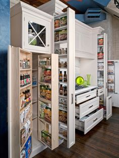Here's another view from a different angle of that all-in-one kitchen drawer. Just look at all the things you can store there.