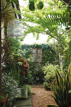 ผนังในสวนขนาดเล็ก ทางเดินที่ดูเป็นธรรมชาติ