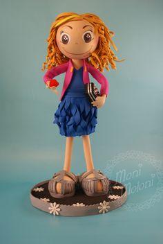 Mari es una preciosa fofucha con vestido de fiesta y bolso preparada para ir de boda. Lleva un elegante vestido azul con pliegues, una chaqueta y un bolso