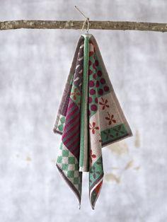 Weihnachten 2014 - Das Handtuch Kakel vereint viele unterschiedliche Muster und ist zudem aus hautfreundlicher Öko-Baumwolle hergestellt. http://www.gudrunsjoeden.de/wohnen/produkte/handtuecher