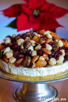 Julebrie med tørket frukt og flytende honning | Det søte liv Brie, Tapas, Cereal, Food And Drink, Snacks, Breakfast, Christmas, Morning Coffee, Xmas