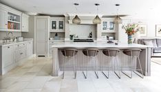 The Pain Of Luxurious Open Plan Kitchen By Tom Howley 00180 - eclarehome Kitchen Island Centerpiece, Kitchen Island Decor, Kitchen Layout, Kitchen Islands, Warm Grey Kitchen, New Kitchen, Kitchen Ideas, Kitchen Inspiration, Kitchen Designs