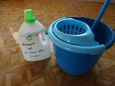 Nettoyant sol (Saravissante beauté) : eau chaude, cristaux de soude, vinaigre blanc, savon noir, HE eucalyptus.