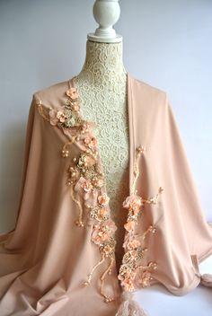 mantella cipria con fiori in pelle ricamati.. Abaya Fashion, Indian Fashion, Fashion Outfits, Womens Fashion, Mode Abaya, Mode Hijab, Cape Dress, Russian Fashion, Wedding Dress Sleeves