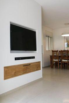 קלאפה מעץ מלא מתחת לטלוויזיה | עיצבה רוני שני פלדשטיין