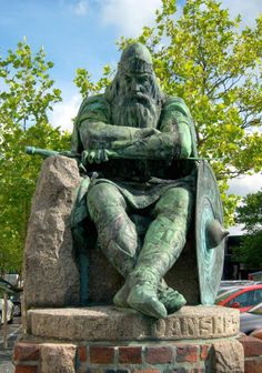 """Harald I """"Bluetooth"""" Gormsson - First Christian King of Denmark and Norway. He was legendary for his communication skills. This is how we arrived upon the name for today's """"Bluetooth"""" Technology. My & GGF. Uppsala, Viking Culture, Viking Art, Viking Woman, Danish Royal Family, Norse Vikings, Bluetooth, Norse Mythology, Picts"""