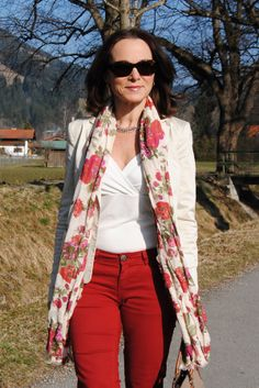 Red and florals Mature Fashion, Fashion Now, Womens Fashion, 60 Year Old Woman, Red Skinny Jeans, Red Trousers, Classic White Shirt, Red Skirts, Floral Prints
