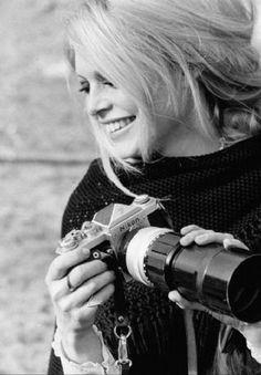 Brigitte Bardot with a Nikon camera on the set of Shalako in Almería, Spain, Rita Hayworth, Brigitte Bardot Style, Viejo Hollywood, Bridgitte Bardot, Girls With Cameras, Delon, Black And White Posters, Marlene Dietrich, Judy Garland