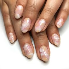Want some ideas for wedding nail polish designs? This article is a collection of our favorite nail polish designs for your special day. Minimalist Nails, Cute Nails, Pretty Nails, Hair And Nails, My Nails, Look Body, Gel Nails At Home, Nail Polish, Nagel Gel