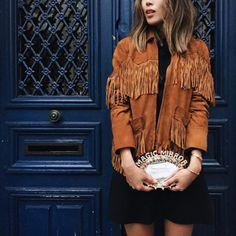 Look Aimee Song com macaquinho preto + jaqueta de franjas.