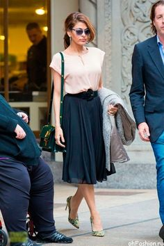 Ева Мендес в широкой юбке миди, туфлях лодочках и блузе