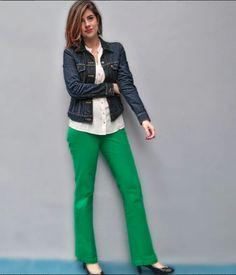 Calça alfaiataria verde, camisa bege e jaqueta jeans.