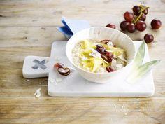 Un succulent porridge à base de boisson à la noix de coco Alpro avec une touche fruitée