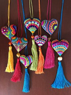 Collares de corazón bordado a mano con borla – Corazón de tela, corazón bordado // Embroidered heart, fabric heart Felt Embroidery, Embroidery Stitches, Embroidery Designs, Diy Tassel, Tassels, Heart Crafts, Fabric Jewelry, Felt Hearts, Felt Ornaments