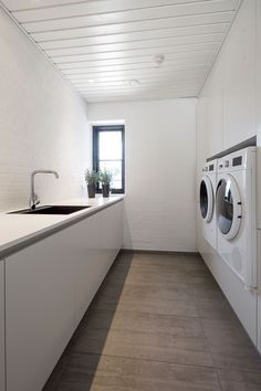 Byg nyt hus | Byg din drømmebolig | Galleri - Uldum Huse A/S Laundry Room Bathroom, Small Laundry Rooms, Laundry Room Design, Bathroom Interior, Interior Design Living Room, Küchen Design, House Design, Laundry Room Inspiration, Minimalist Home