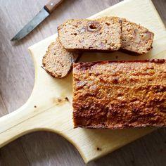 Soms wil ik wel eens wat anders dan een bananenbrood, dan maak ik wortelbrood, klinkt niet lekker, is het wel! Hieronder het recept: 250 gram geraspte wortel 10 medjoeldadels (of 20 gewone) 6 eieren 50 gram kokosmeel 4 eetlepels kokosolie 1 theelepel kaneel Snuf zeezout optioneel: vanille/walnoten Verwarm de oven voor op 175 graden. …