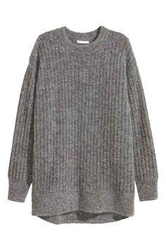 Sweter oversize z moherem: JAKOŚĆ PREMIUM. Obszerny sweter o splocie w prążki z melanżowej mieszanki zawierającej wełnę i moher. Okrągły dekolt, obniżone ramię, nieco dłuższy tył.