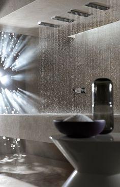 Svizzera, la doccia lettino: il sonnellino sott'acqua divide