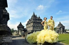 Yogyakarta Pre Wedding Photoshoot Ideas at Candi Plaosan, Foto PreWedding Tina+Doan by Poetrafoto Photography, http://prewedding.poetrafoto.com/yogyakarta-pre-wedding-photoshoot-ideas-at-candi-plaosan_511
