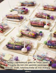 Upominki dla dzieci na weselu - Zadbaj o najmłodszych gości na Twoim weselu. Przygotuj dla nich mini upominki zawierające słodycze, kredki, kolorową kredę lub inne drobiazgi.