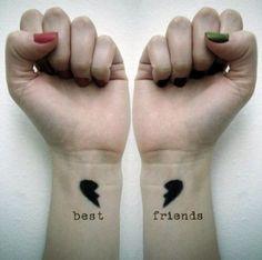 """Como diria Gossip Girl: """"Ombros amigos vão e voltam, mas uma best friend é para sempre"""". E a tattoo também! Inspire-se com as opções da galeria."""