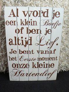 Quote op houten bord - Al word je een klein boefje of ben je altijd lief, je bent vanaf het eerste moment onze kleine hartendief!