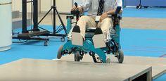 Sedia a rotelle per disabili progettata da ricercatori giapponesi, dotata di un sistema che trasforma le ruote in un impianto in grado di salire le scale.