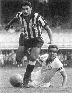 Garrincha pondo mais um João no chão, dessa vez do Fluminense.