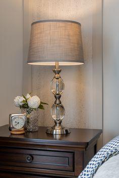 Détail du mur de papier peint et éléments de décor. Armoire, Decoration, Table Lamp, Shades, Lighting, Home Decor, Wall, Wallpaper, Clothes Stand