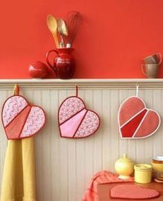 Heart-Shaped Pot Holders Express your love with handmade Valentine's crafts and decorations. Creating heart-shaped pot holders is a charming way to add whimsy and color to your kitchen's decor. Fabric Crafts, Sewing Crafts, Sewing Projects, Quilting Projects, Sewing Ideas, Diy Projects, Valentine Day Crafts, Happy Valentines Day, Valentine Flowers