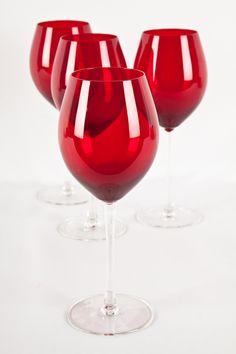 Elegancia y color en tu mesa con estas hermosas copas de vidrio.