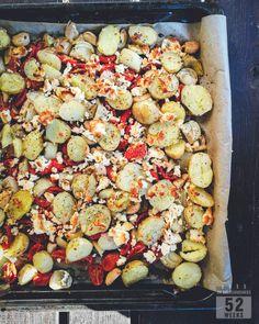 Kesän herkullisin lisuke, perunapannu, syntyy uusista perunoista, tomaateista, valkosipulista ja mausteista. Tarjoa esimerkiksi grillatun kalan kanssa.