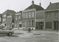 De Noordhaven tussen de Dijkstraat en de Brugstraat gezien vanuit de Zuidhaven. De circels in de bestrating zijn aanduidingen voor de beplanting met bomen of struiken